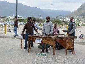 Am Pier wird unser Mittagessen von einer Band begleitet