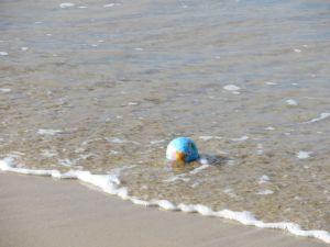 Die Welt ist ein Ball und der Willkür des Meeres ausgesetzt