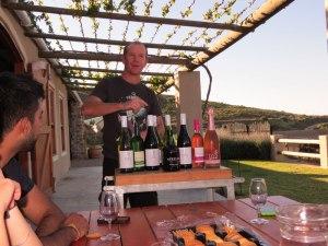 Sparky erklärt uns seine Weine nd wir dürfen natürlich probieren